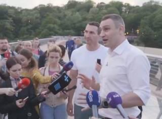 Братья Кличко вместе протестировали «стеклянный» мост в Киеве. Не обошлось без накладок