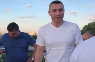 Кличко объяснил, почему треснул «стеклянный» мост в Киеве
