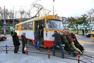 В Киеве люди пытались «с толкача» завести трамвай