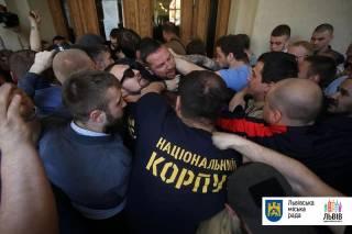 Во Львове недовольная толпа выломала двери в здании мэрии