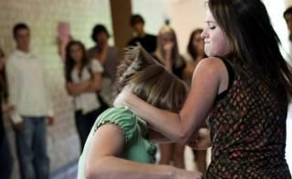 В центре Киева девочки-подростки устроили массовую драку