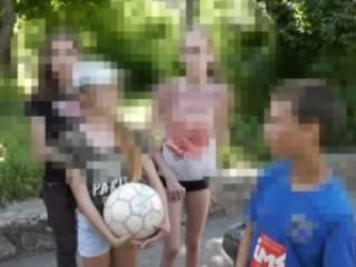 В Бердянске неадекват на спортплощадке приставал к детям и бросал в них камни