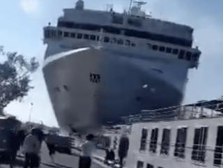При швартовке в Венеции у огромного лайнера отказали «тормоза»