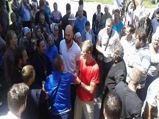 В Крутах на Черниговщине верующие УПЦ отстояли свой храм у сторонников ПЦУ