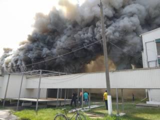Мощный пожар охватил птицефабрику под Киевом