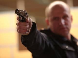 В Киеве пьяный полицейский угрожал пистолетом супружеской паре