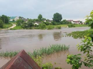 На Тернопольщине вышедшая из берегов река затопила село, сметая все на своем пути
