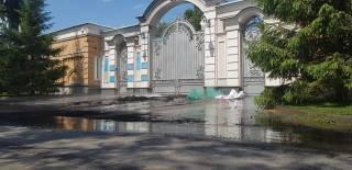 Дом Порошенко забросали файерами