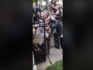В Товтрах на Буковине в день праздника Вознесения Господня продолжается противостояние за храм УПЦ