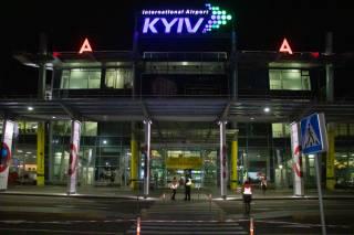 В киевском аэропорту произошла массовая эвакуация людей и отмена рейсов