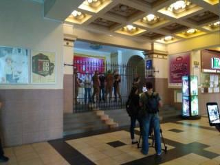 Под кинотеатром «Киев» произошли стычки с использованием слезоточивого газа. Опубликовано видео