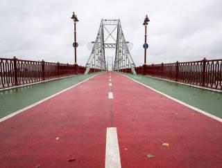 В Киеве женщина упала с пешеходно-велосипедного моста