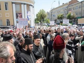 В Виннице верующие УПЦ молились под стенами ОГА: просили не допустить захвата 20 храмов