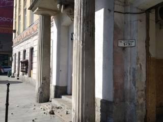В самом центре Львова бетонная конструкция, отвалившаяся от дома, чуть не пришибла женщину