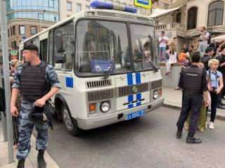 На акции в поддержку освобожденного журналиста в Москве задержали шестую часть протестующих