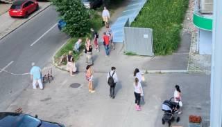 В Харькове железный забор рухнул на женщину с коляской и ее дочь
