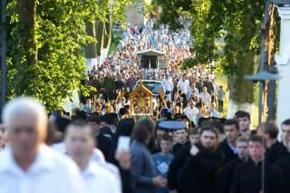 Тысячи верующих УПЦ крестным ходом прошли с Почаевской иконой Богородицы