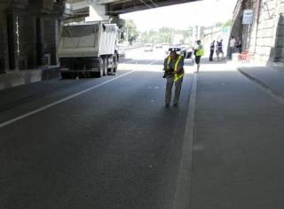 В Киеве мужчина упал с высоты прямо под грузовик