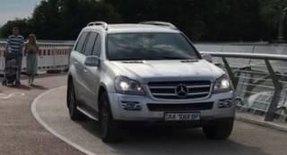 В Киеве автомобиль заехал на «стеклянный мост» Кличко. Появилось странное видео