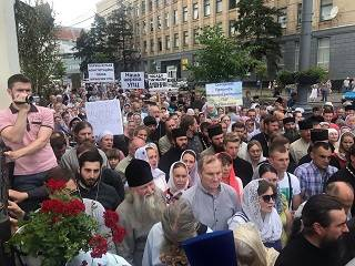 Тысячи верующих УПЦ провели молитвенное стояние перед зданием Винницкой ОГА