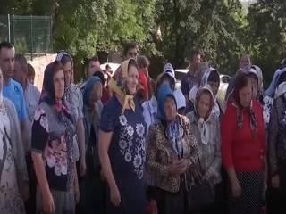 В ожидании решения суда община УПЦ в Товтрах на Буковине молится у ворот захваченной церкви