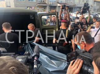 Появилось видео, как тело Тымчука вынесли из подъезда