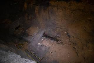 Киевлянин упал в трехметровую яму, вырытую нерадивыми коммунальщиками