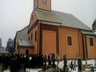 На Закарпатье активисты ПЦУ ворвались к священнику УПЦ и пытались выгнать его из дому