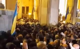 В Тбилиси под флагами Украины и США штурмовали парламент страны