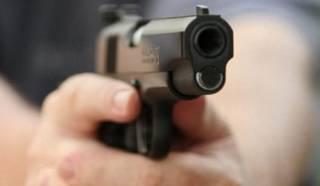 В Киеве неадекват размахивал пистолетом в маршрутке и устроил стрельбу по прохожим
