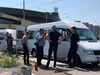 Появилось видео, как в Киеве группа молодчиков в балаклавах подожгла маршрутки