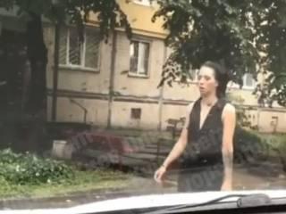 В Киеве на Лесном заметили странную «девушку-зомби»