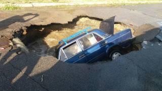 В Полтаве автомобиль на ходу провалился под землю