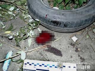 В Киеве девушку прямо на улице ударили ножом в шею