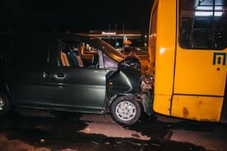 В Киеве машина врезалась в маршрутку с людьми