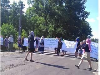 На Волыни верующие УПЦ перекрыли дорогу, с просьбой защитить их права