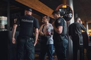 В киевском «Арена Сити» произошел очередной дебош: пьяный посетитель достал ствол