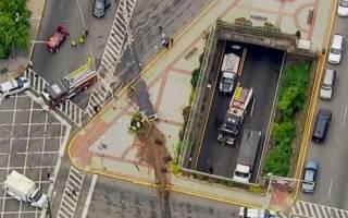 В США мусоровоз упал с моста прямо на машины