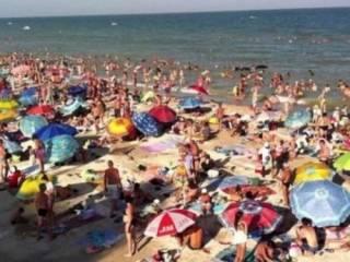 В сети сравнили заполняемость пляжей в украинской Кирилловке и аннексированной Ялте