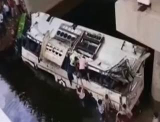 В Индии автобус рухнул в канал – погибли десятки людей