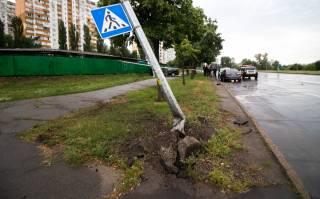 В Киеве пьяный водитель в кровь «поцеловался» со столбом