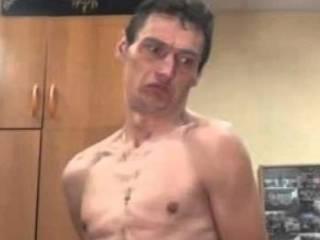 В Киеве голый мужчина избил старика с ребенком