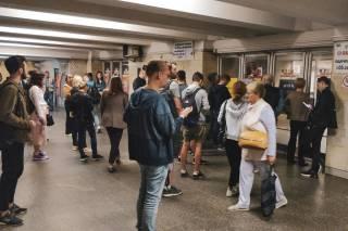 На Оболони женщина погибла, прыгнув под поезд метро