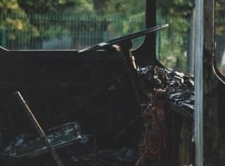 «Так ему и надо!» В Киеве неадекват в камуфляжных штанах сжег припаркованный автобус