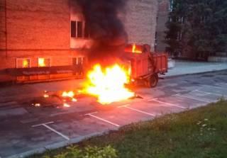 На КПИ эпично горел мусоровоз