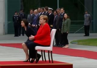 У Меркель не хватило сил встать во время гимна Германии