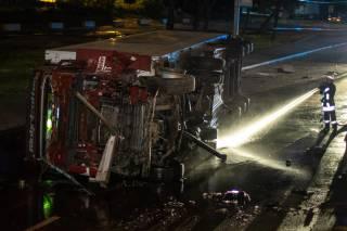 В Киеве грузовик рухнул с моста