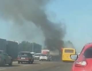 В Киеве загорелась маршрутка: появилось видео