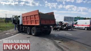 На трассе под Одессой грузовик раздавил автомобиль – погибли четыре человека (18+)