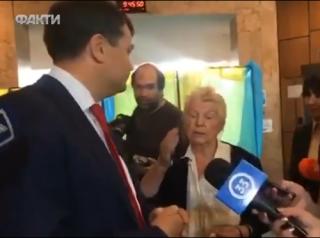 На главу партии Зеленского прямо на участке «напала» пенсионерка